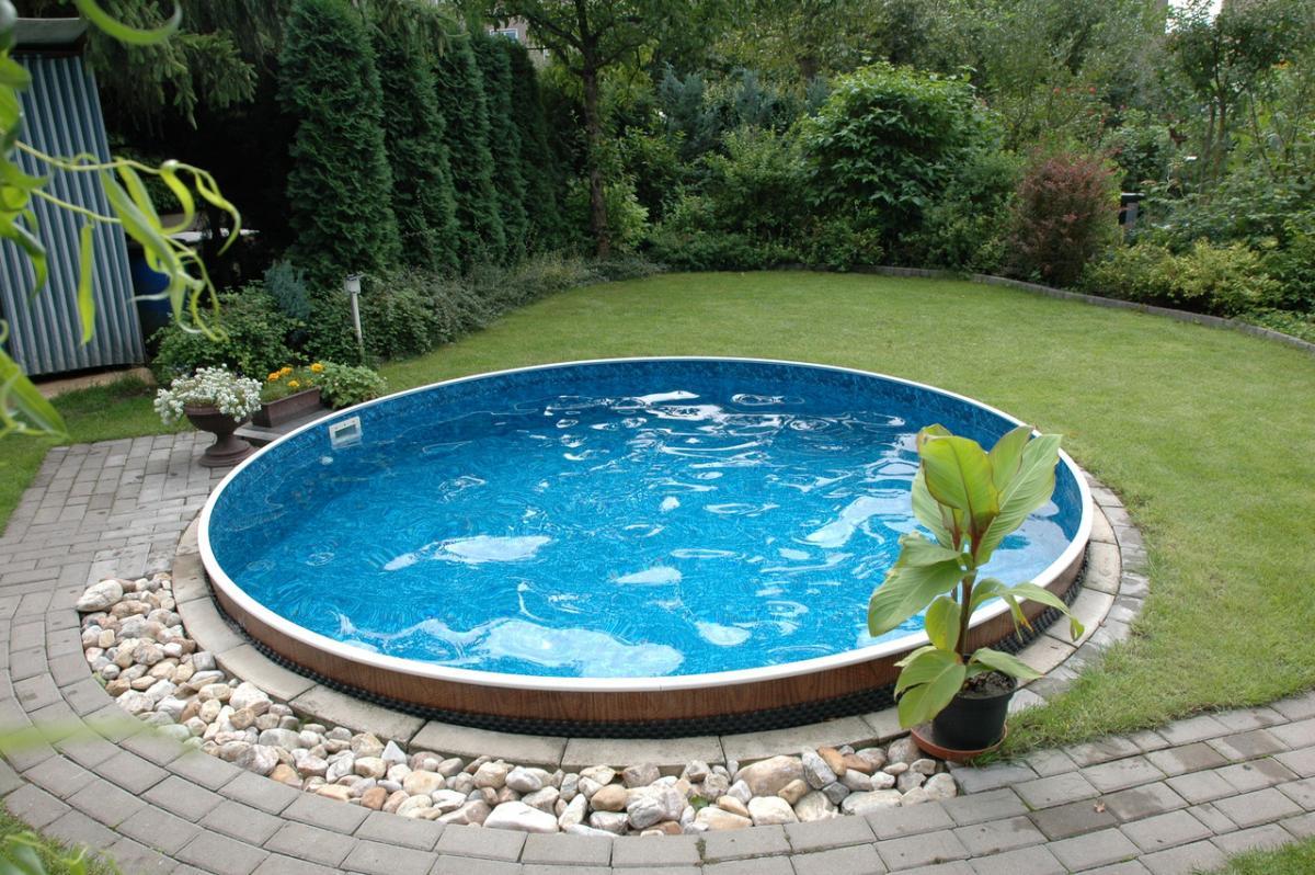 Небольшой круглый бассейн на участке