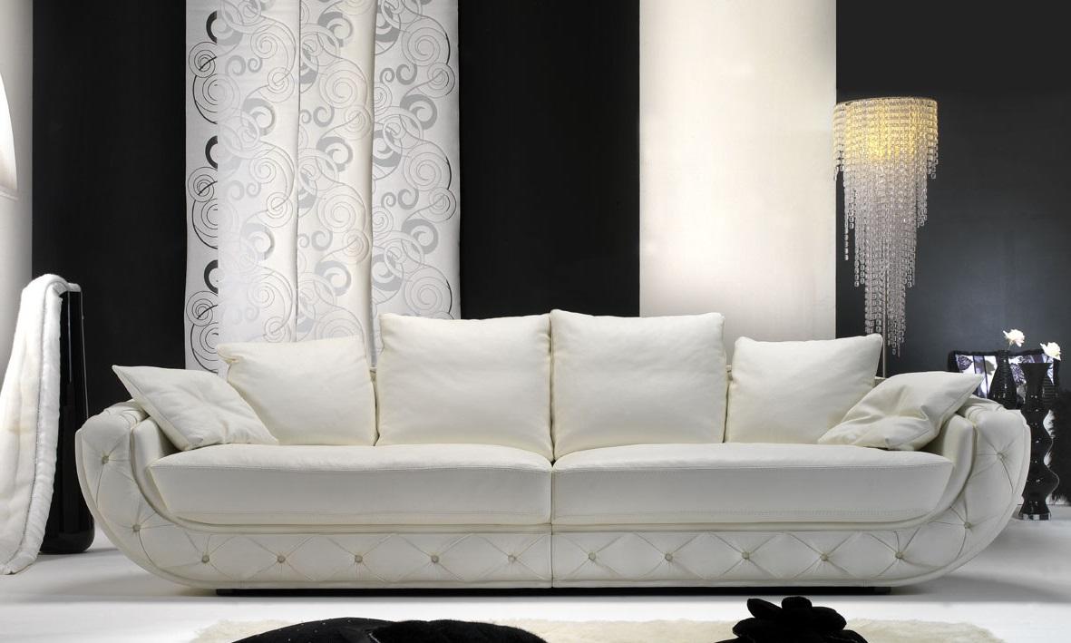 Белый кожаный диван в гостиной
