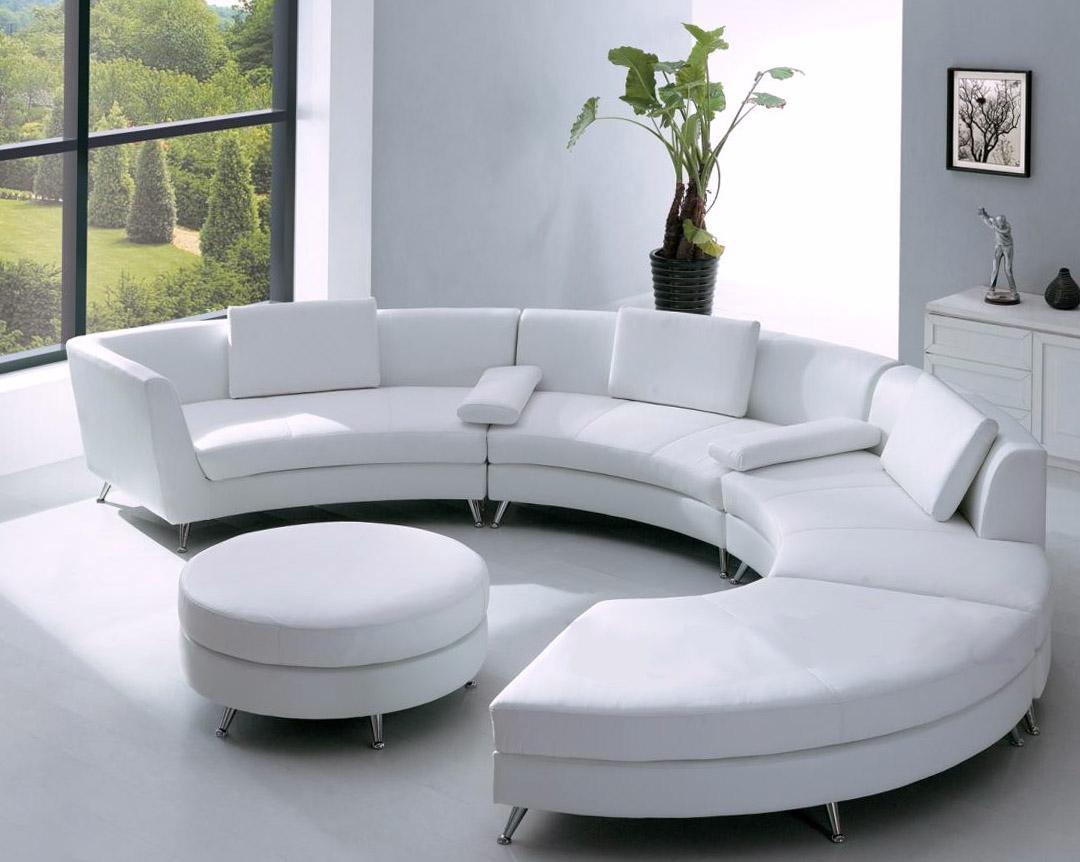 Белый полукруглый диван в современном интерьере