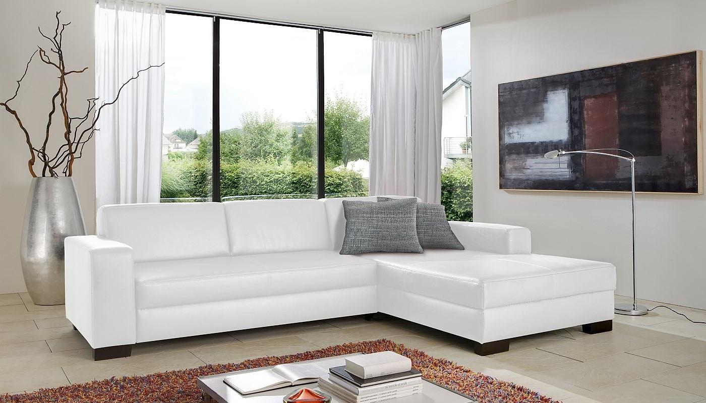 Белый угловой диван в современном интерьере