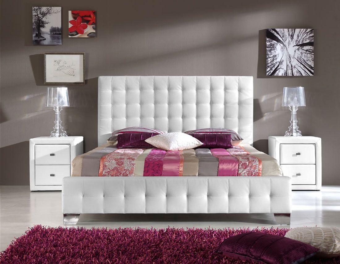 Белая кровать и тумбы в спальне