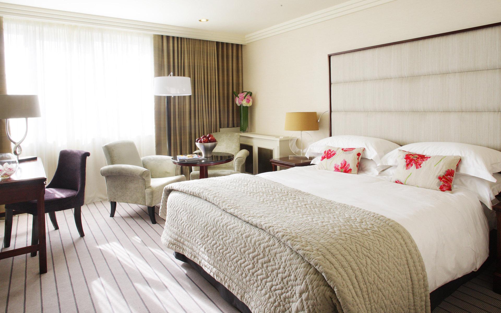 Белая спальня с рабочим кабинетом