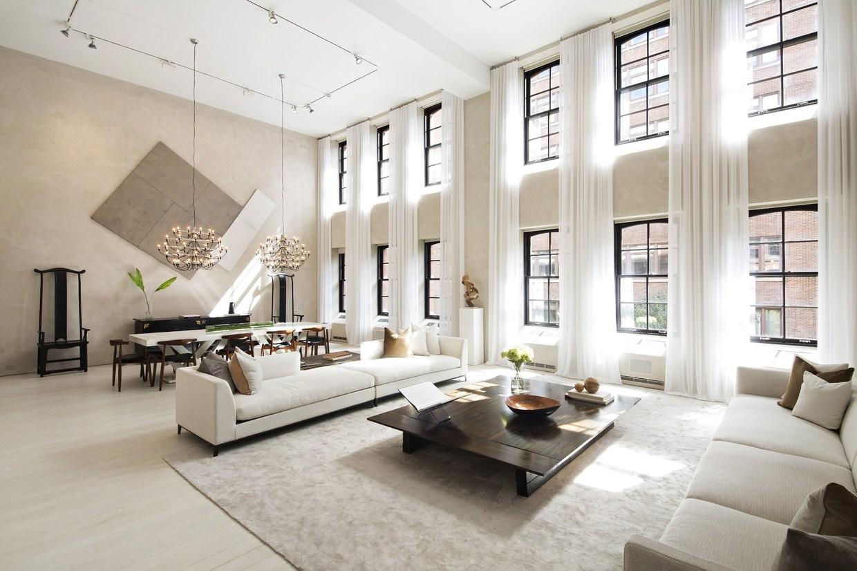 Большая гостиная в интерьере двухуровневой квартиры