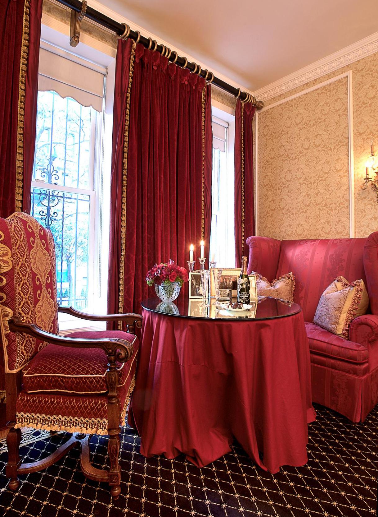 Красивая гостиная с бордовым и золотистым цветом