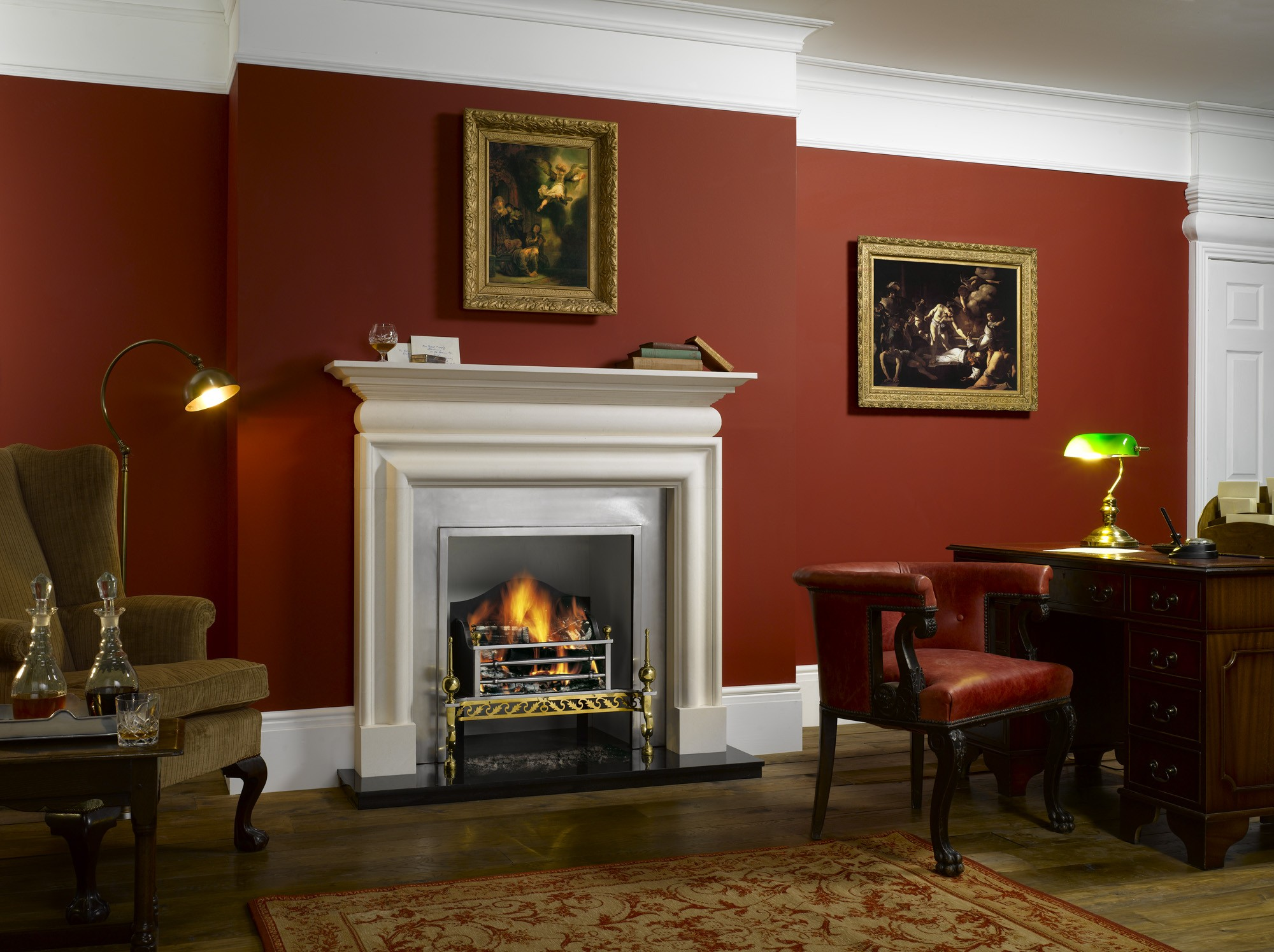 Бордовый цвет в интерьере гостиной с камином