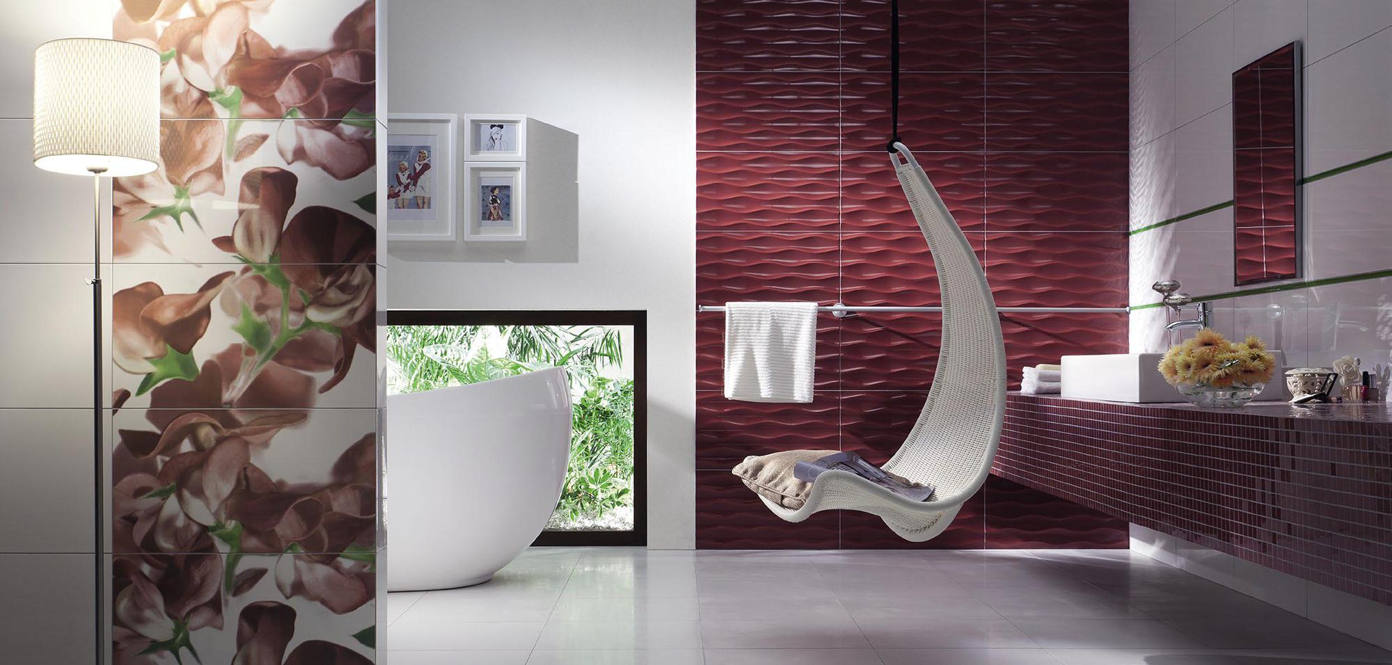 Бордовый акцент в ванной с плетеным сиденьем