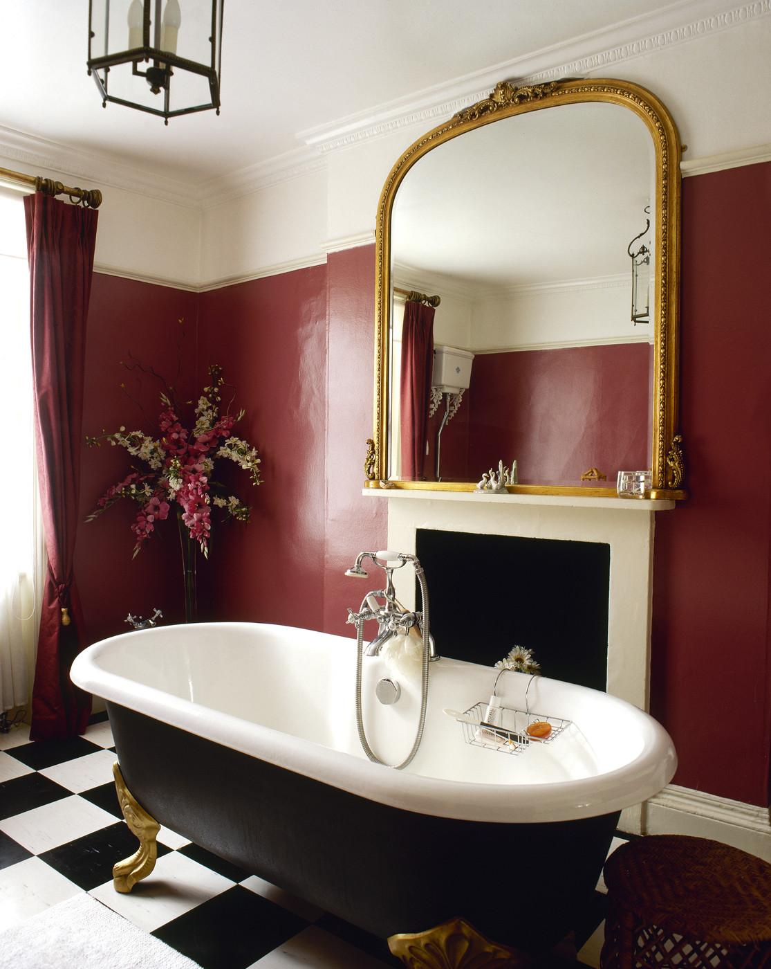 Бордово-белые стены в классической ванной