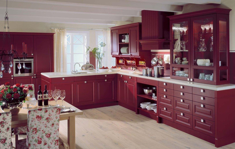 Просторная бордовая кухня