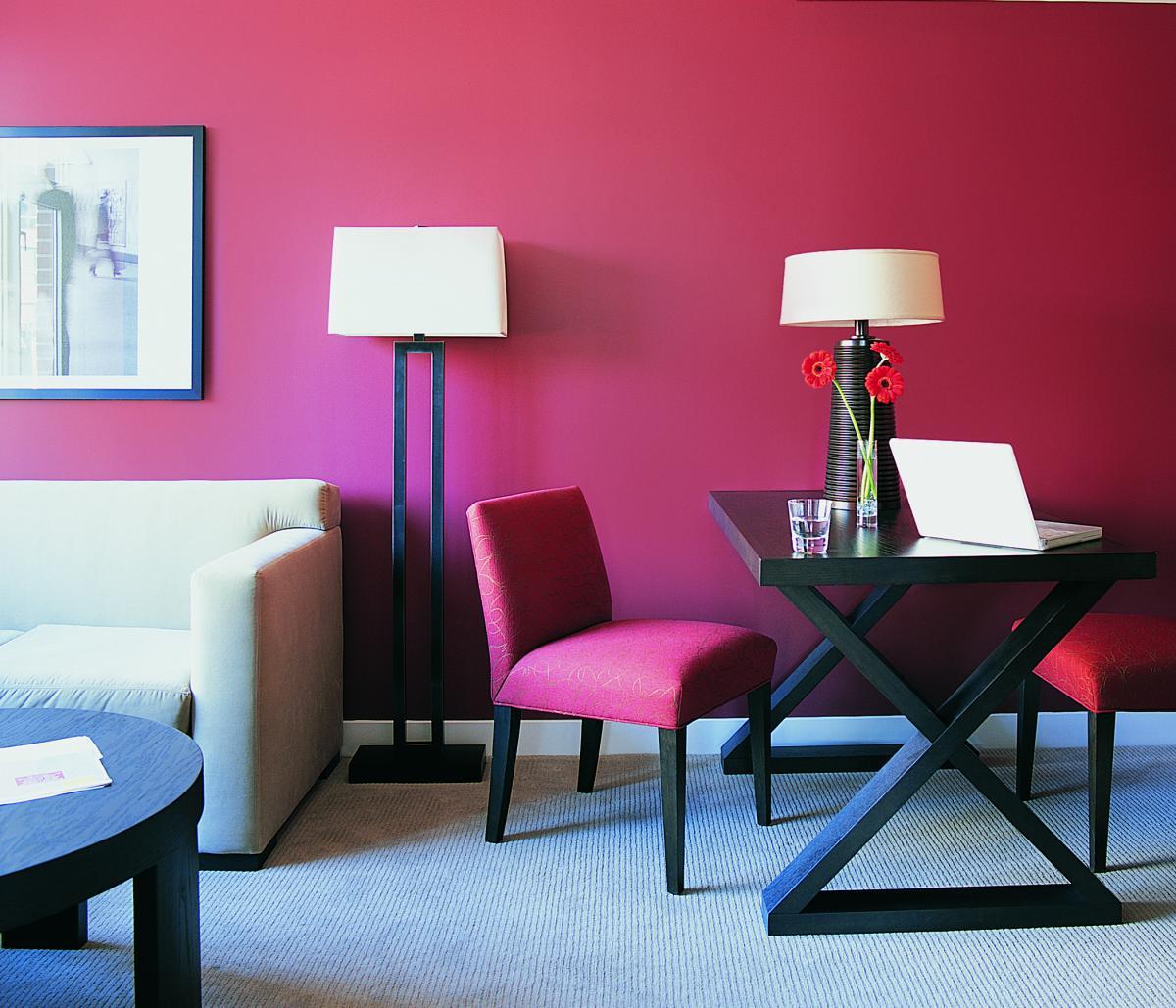 Яркие бордовые стены и стулья в гостиной