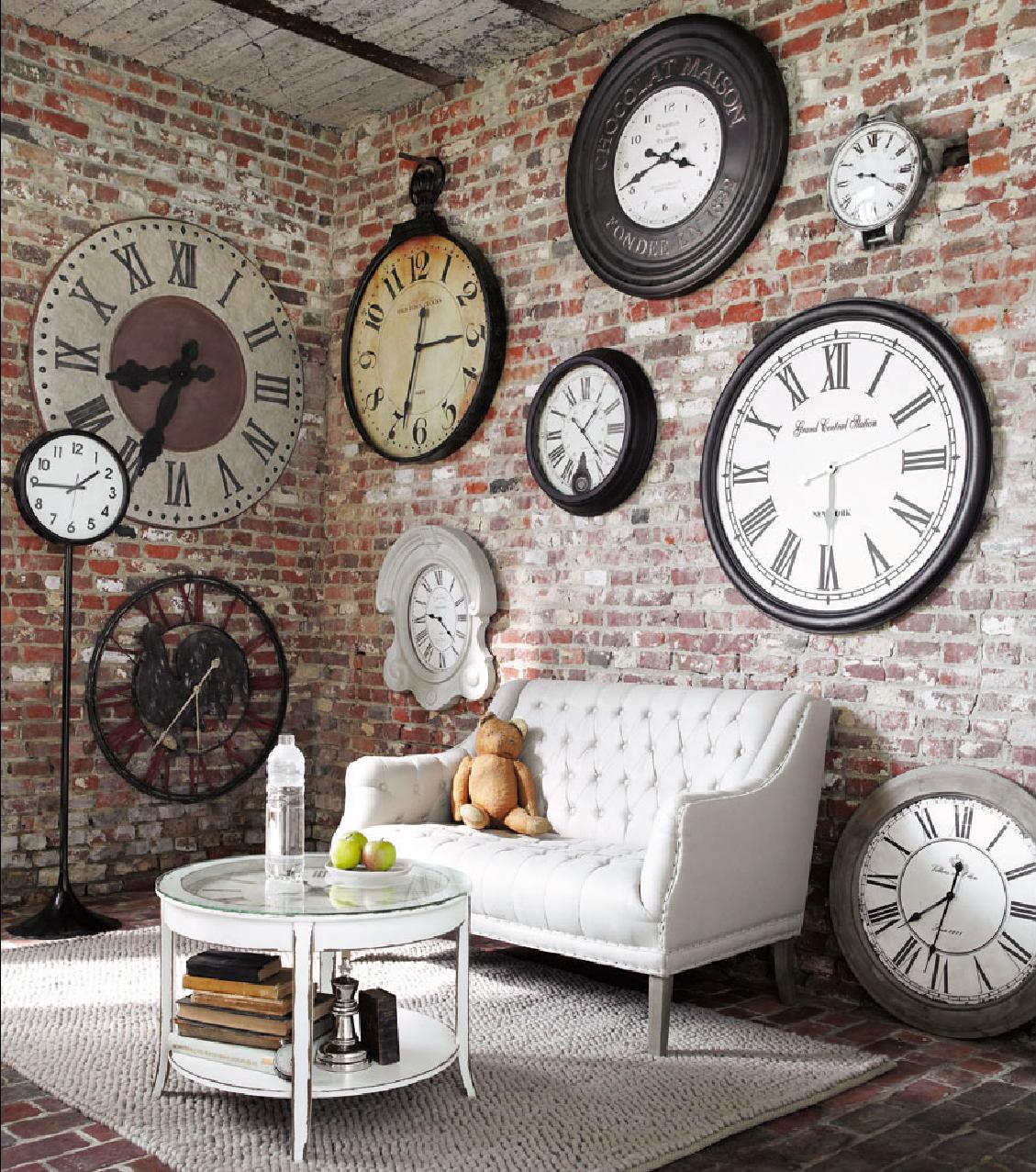 Оригинальные настенные часы в гостиной