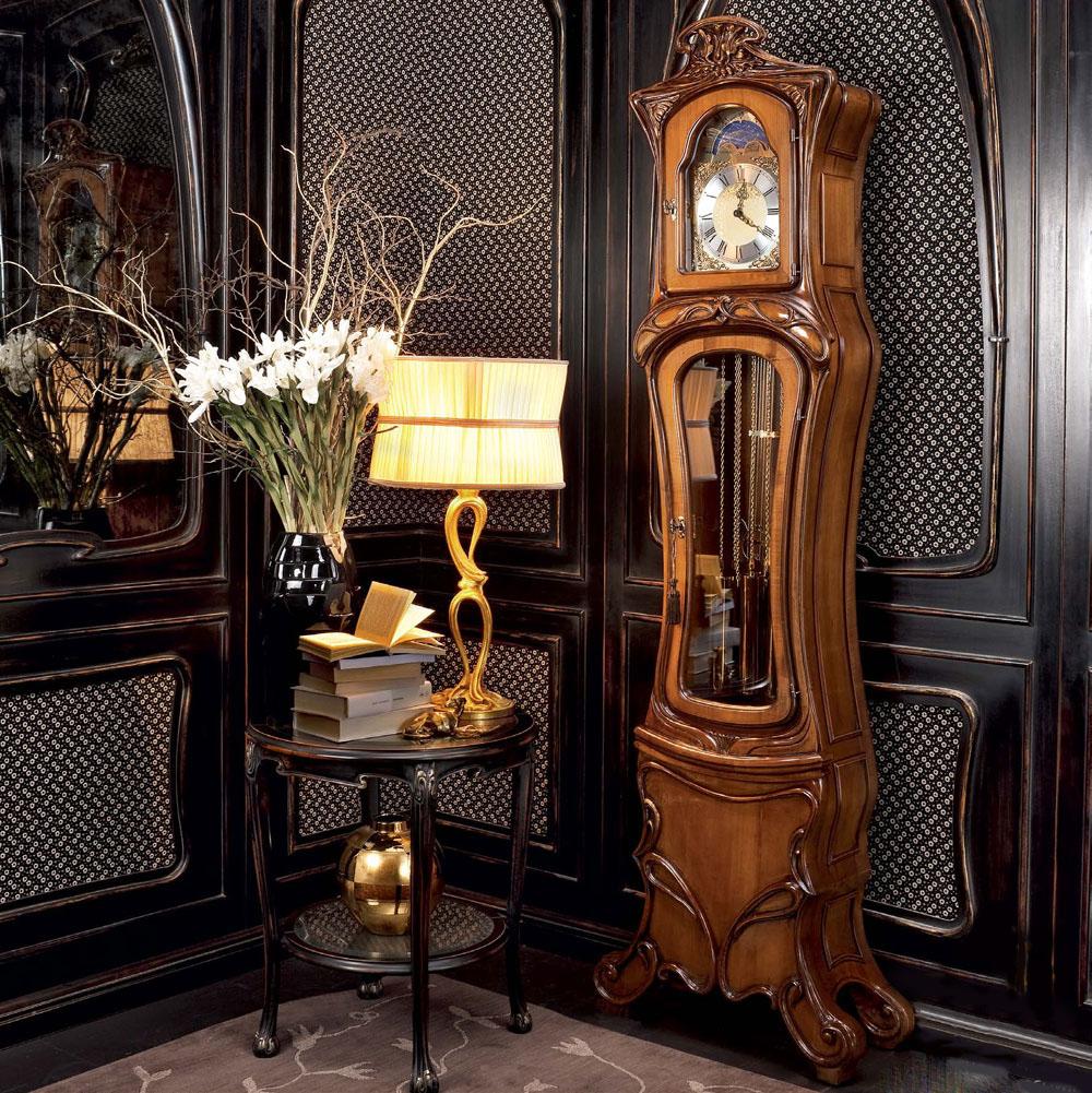 Напольные часы в классической гостиной