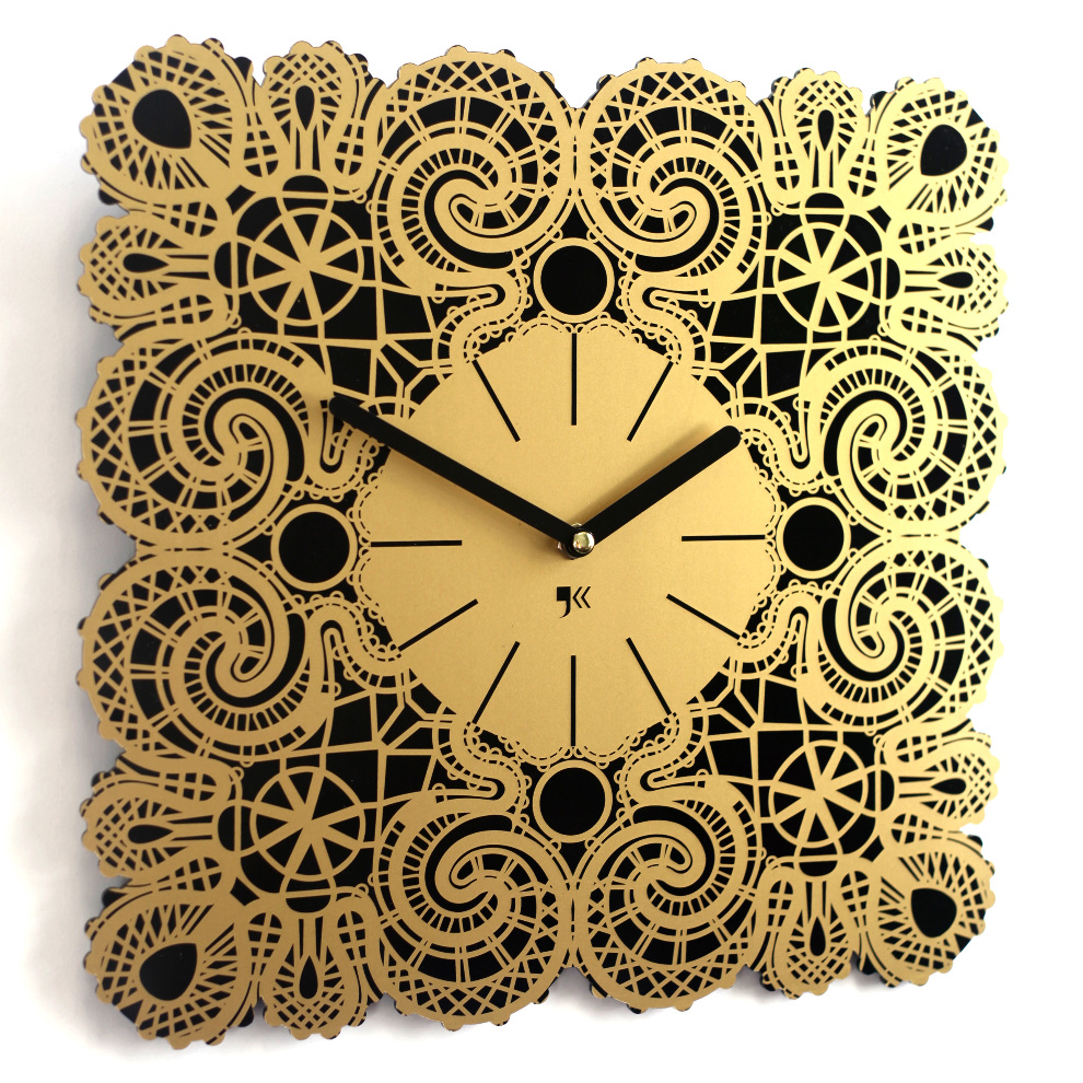 Красивые черно-золотистые часы