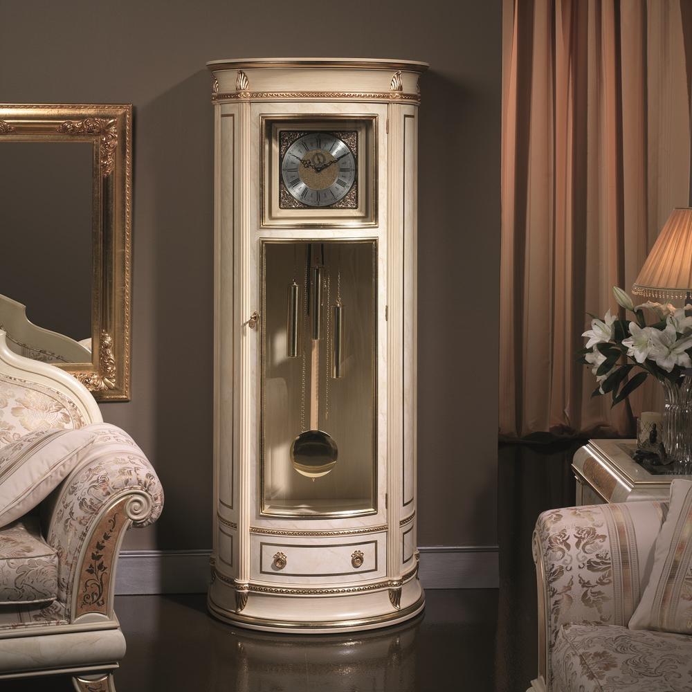 Напольные часы в интерьере в классическом стиле