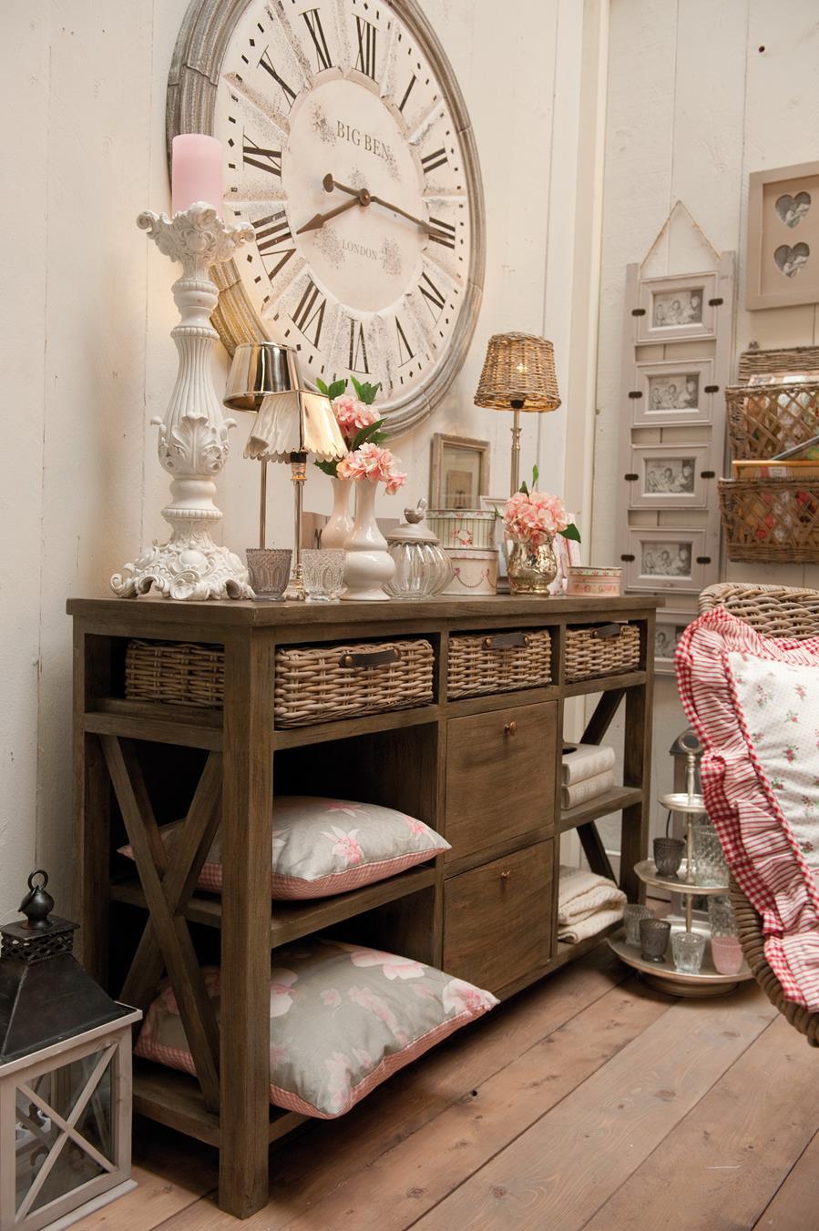 Большие бело-серые часы в интерьере в стиле прованс