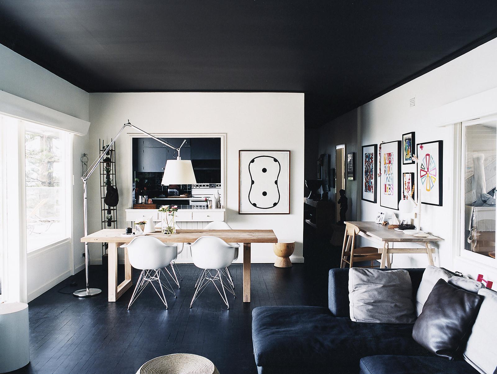 Черный матовый потолок в доме