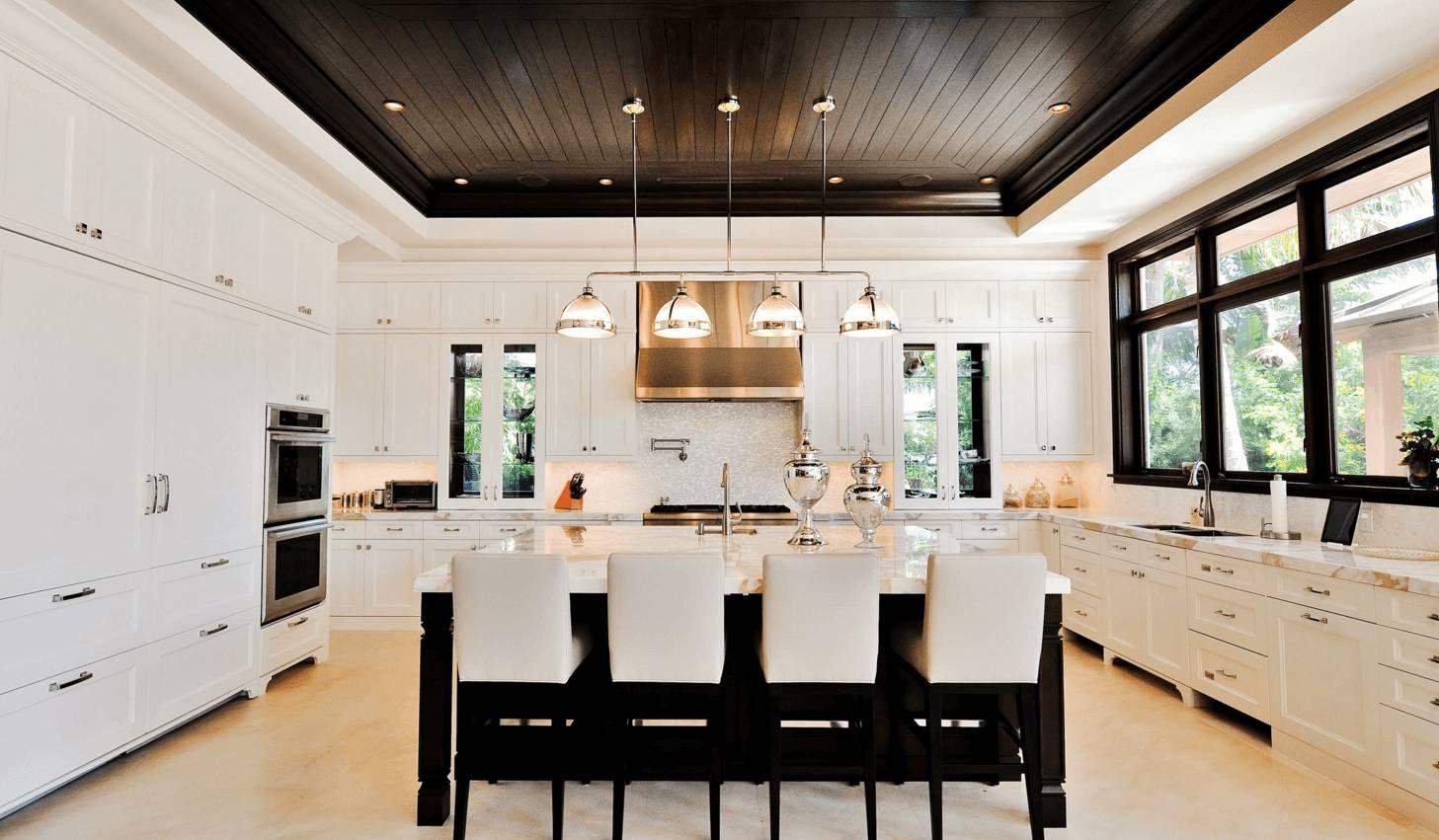 Черный потолок на кухне с островом