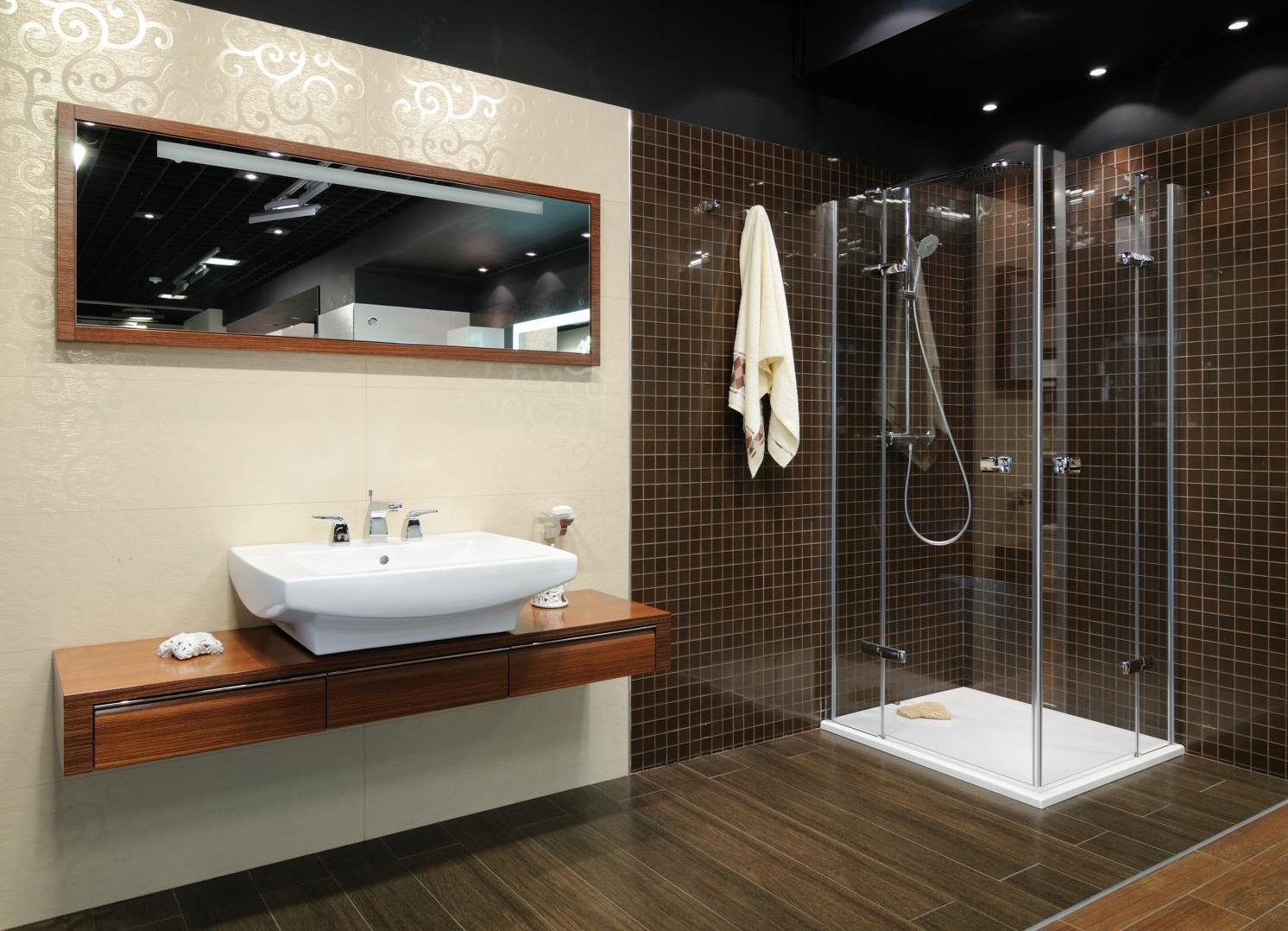 Черный потолок с точечным освещением в ванной