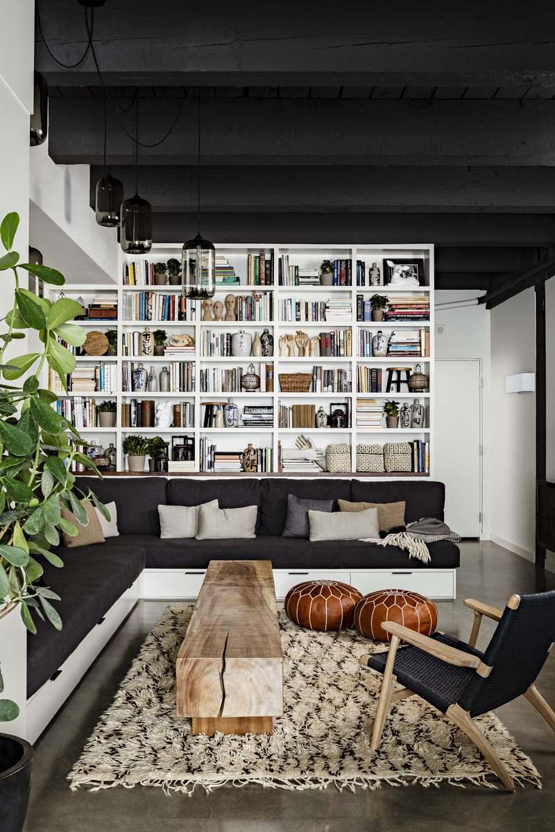 Черный потолок с балками в гостиной