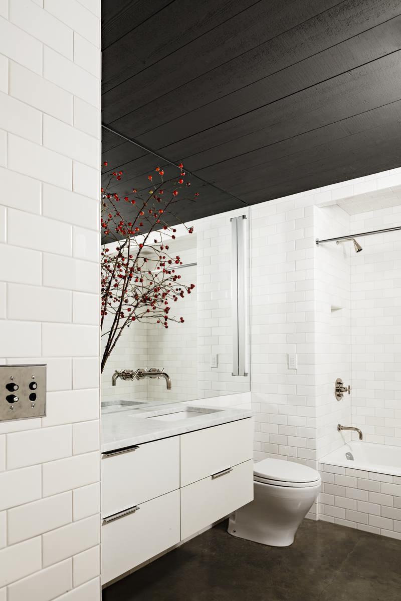 Черный потолок в белой ванной