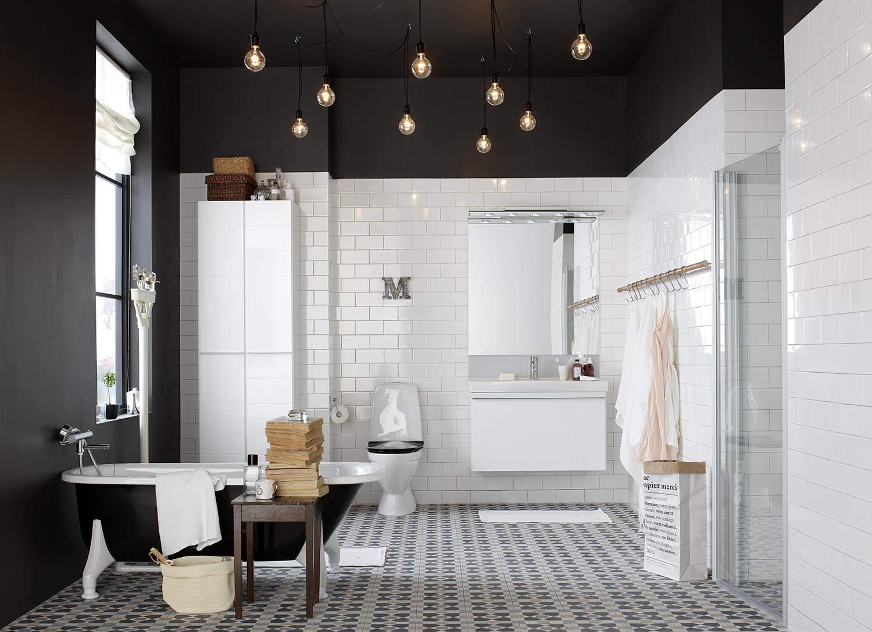 Красивый черный потолок с обильным освещением в ванной