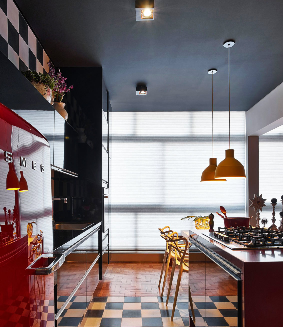 Черный матовый потолок на кухне