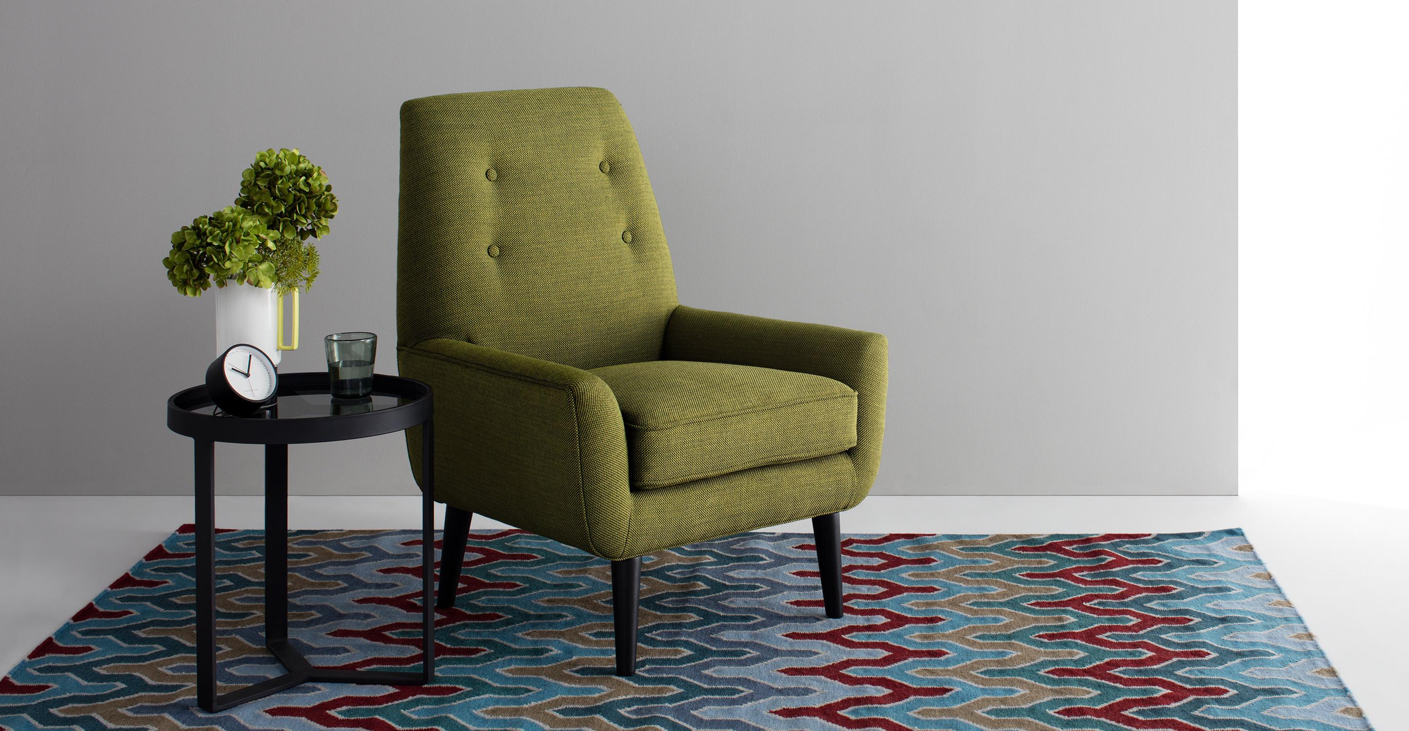 Кресло оливкового цвета в интерьере
