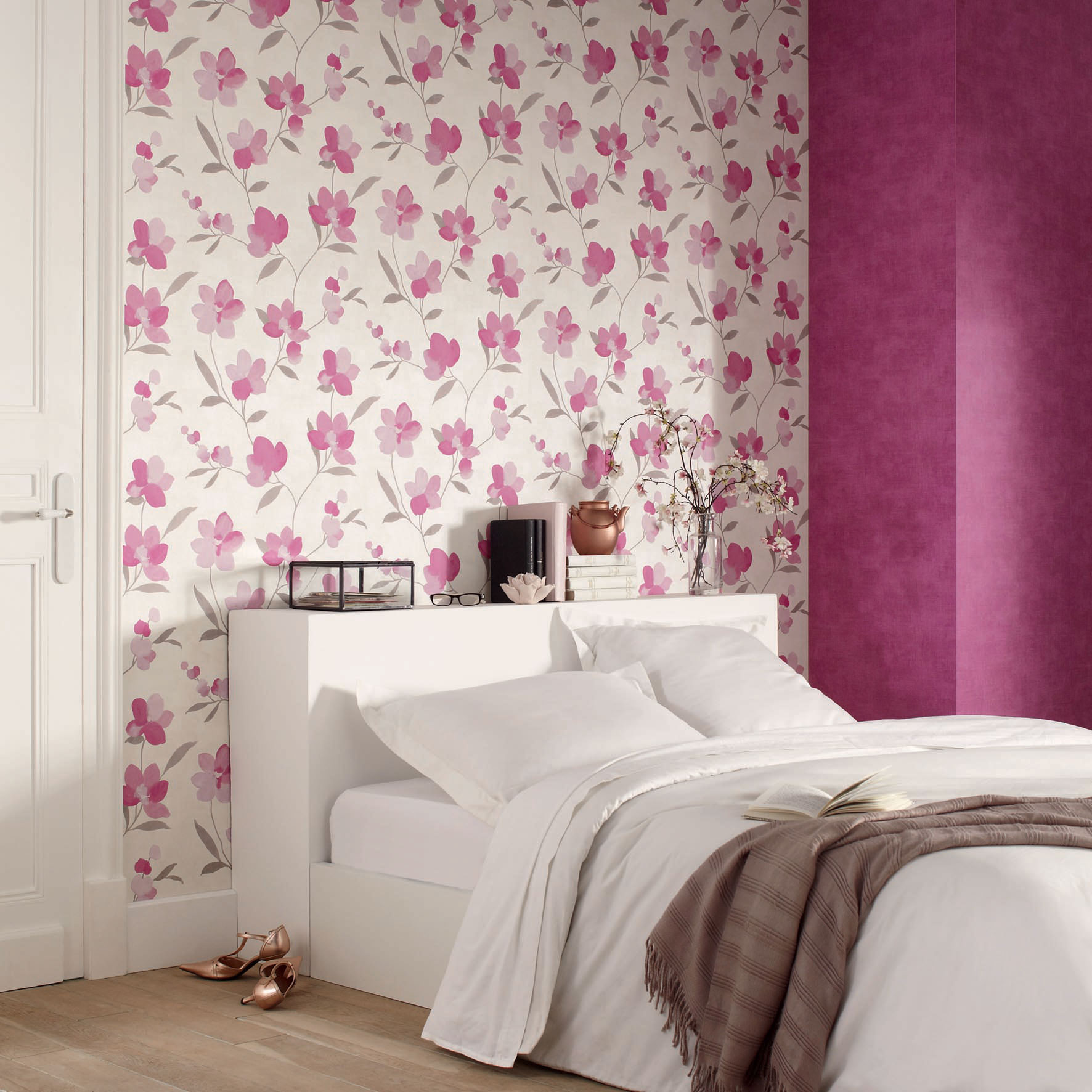 Обои с розовыми цветами в интерьере