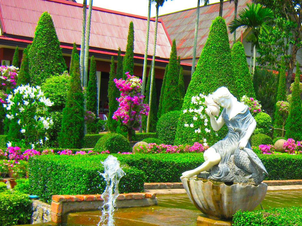 Участок с фонтаном и красивым ландшафтным дизайном
