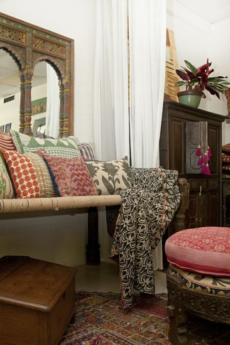 Восточный стиль в интерьере с деревянной мебелью