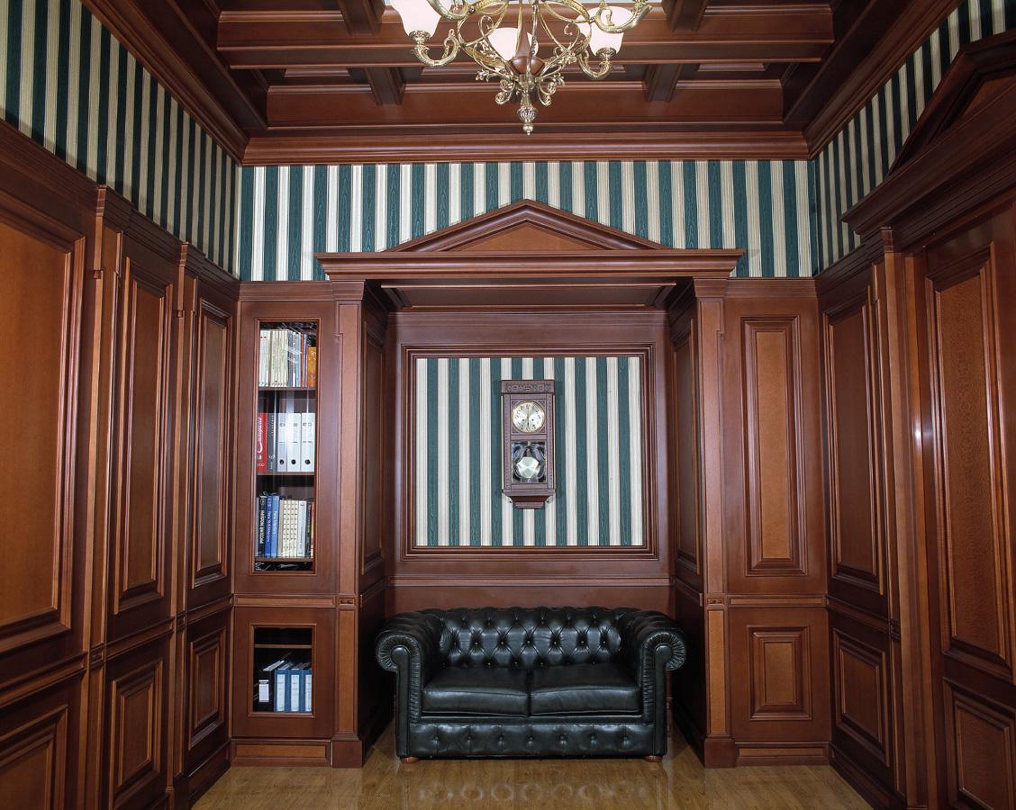 Кабинет в классическом стиле с отделкой деревом