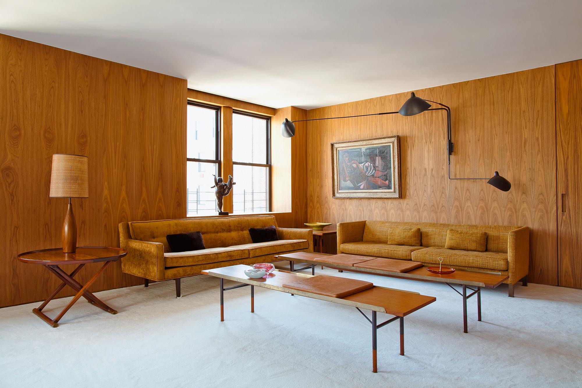 Минималистичный дизайн комнаты с деревянным декором
