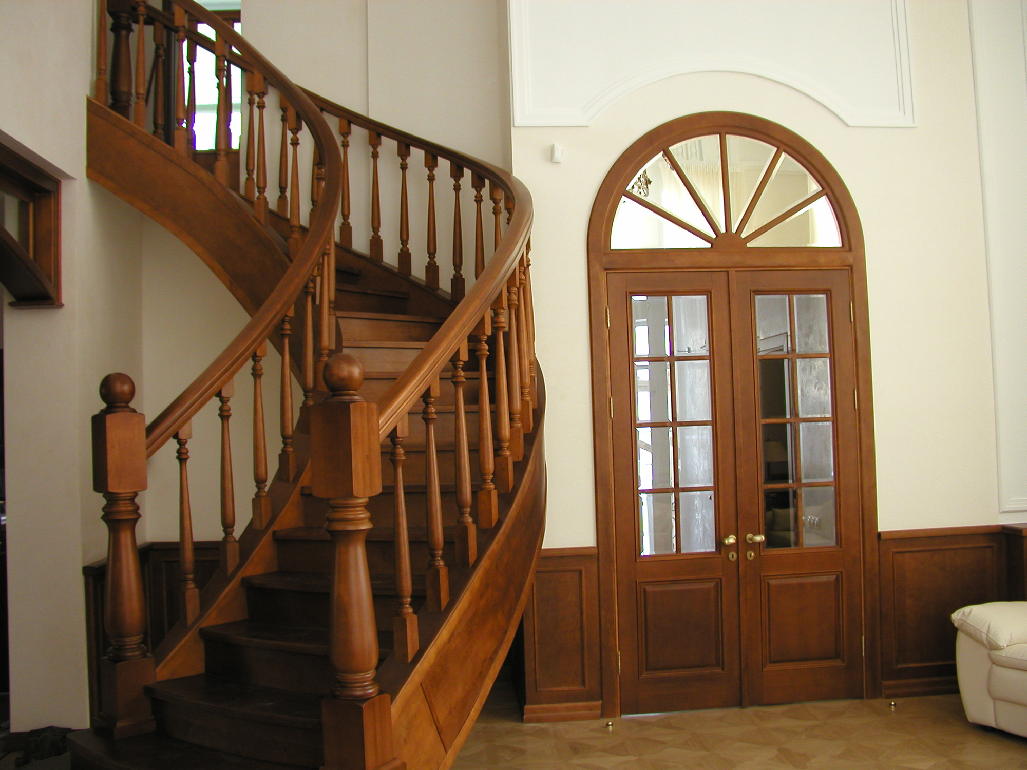 Деревянная лестница и входная дверь