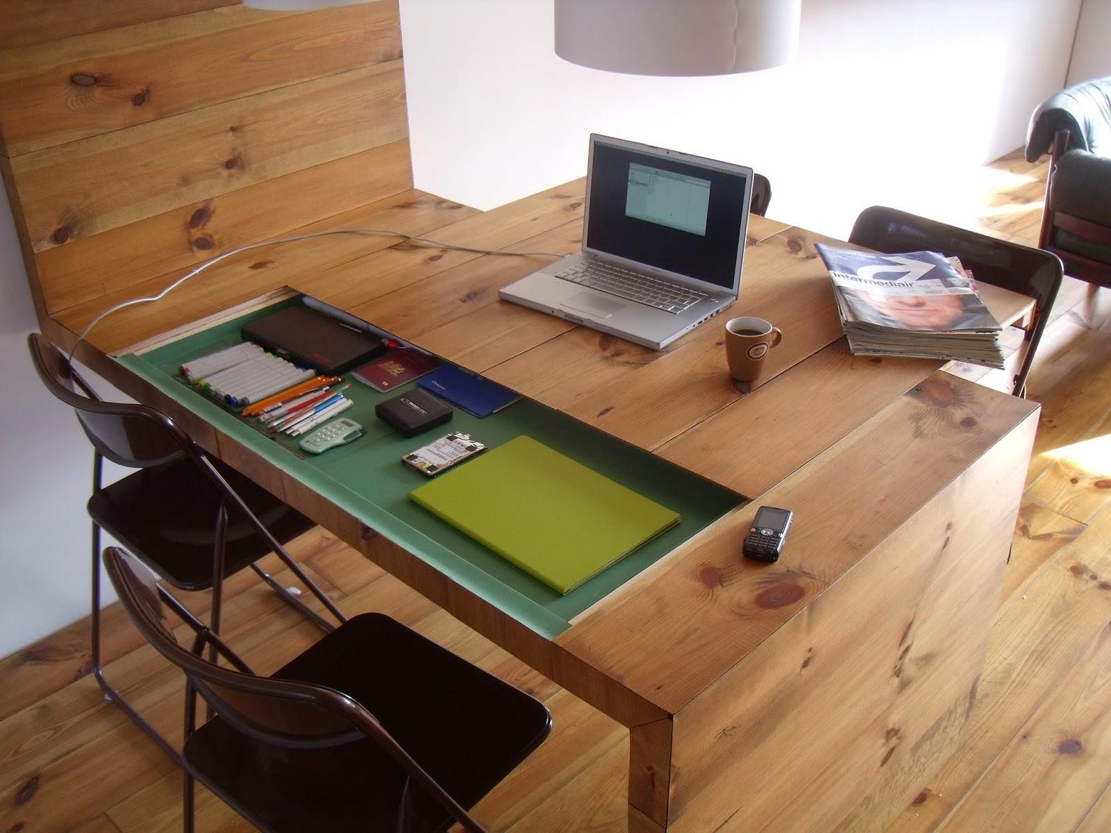 Деревянный рабочий стол и пол