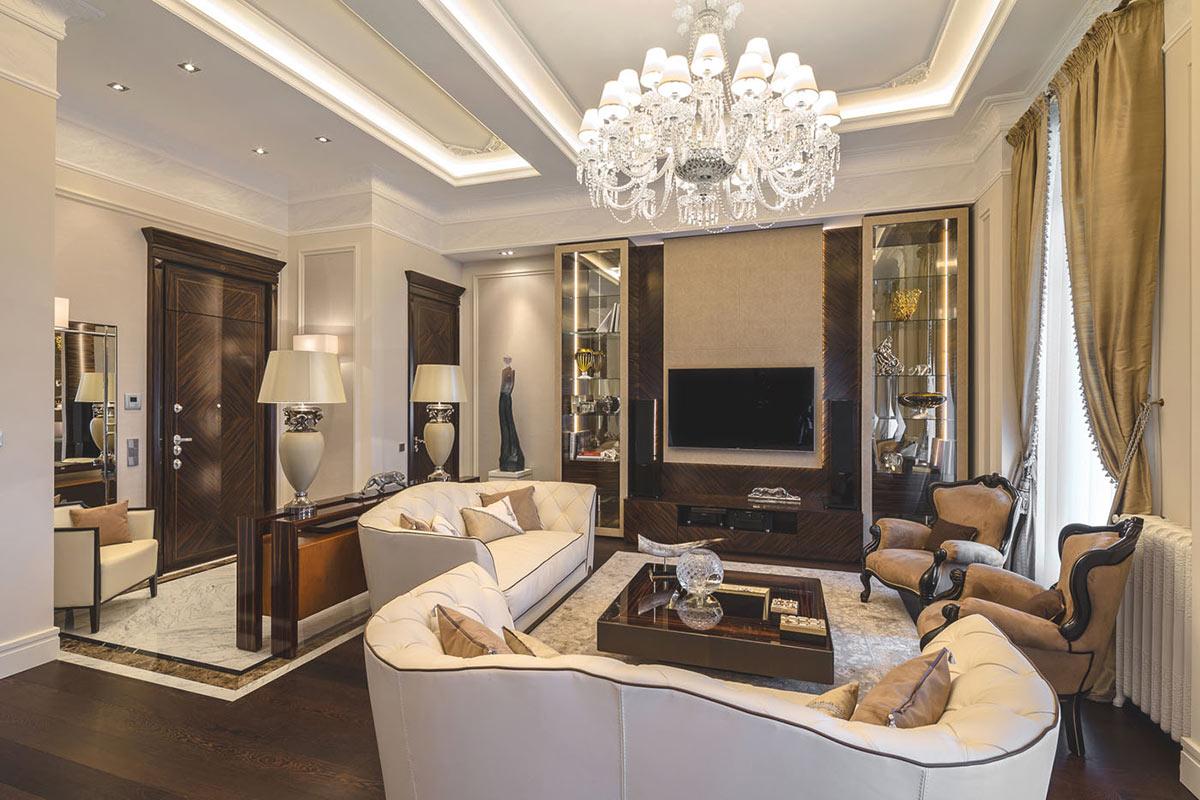 Деревянные детали в светлом классическом интерьере гостиной
