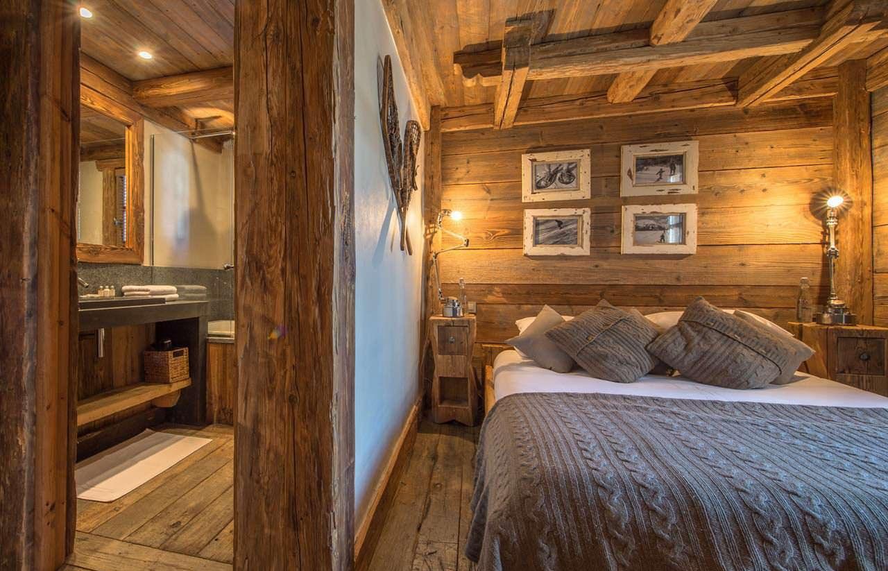 Дерево в отделке спальни в стиле шале