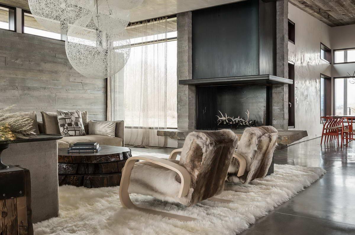Гостиная в стиле модерн с деревянной отделкой стены