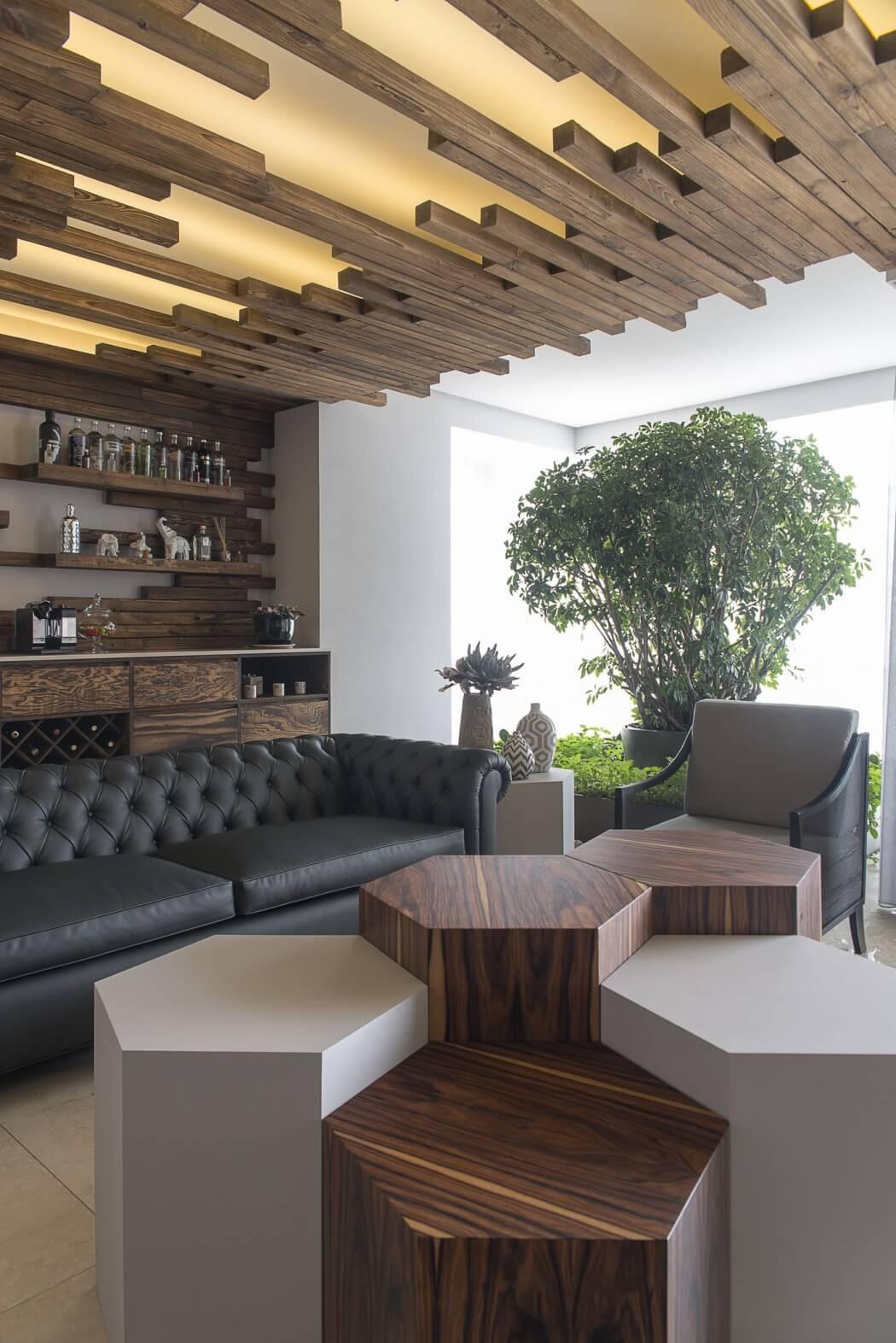 Оригинальный дизайн гостиной в стиле модерн с деревянными элементами