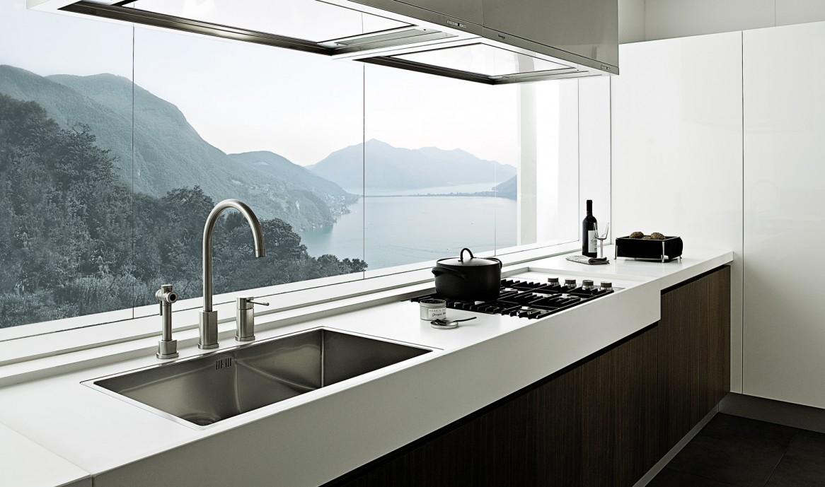 Кухня в стиле хай-тек с деревянным фасадом