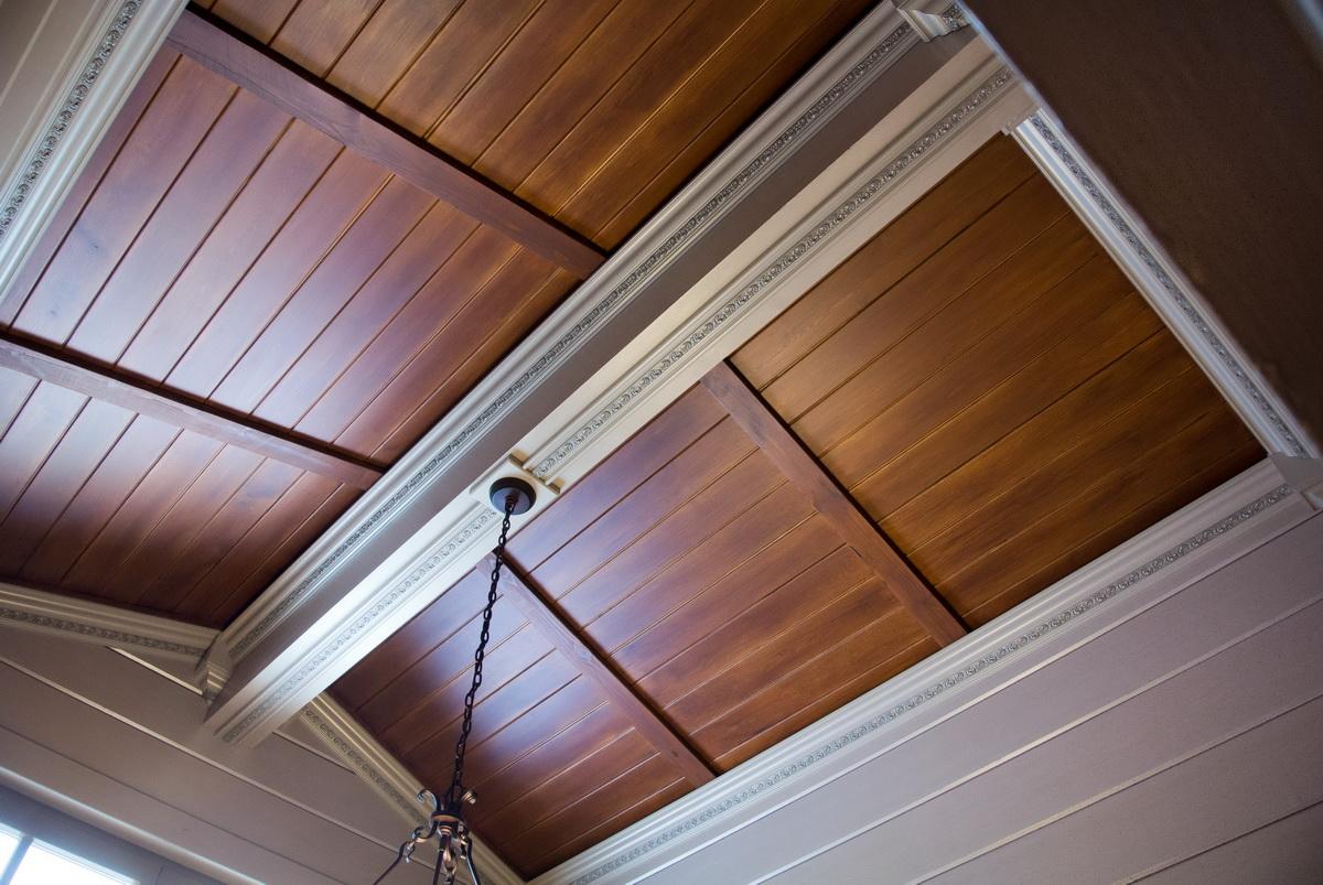 Красивый реечный деревянный потолок