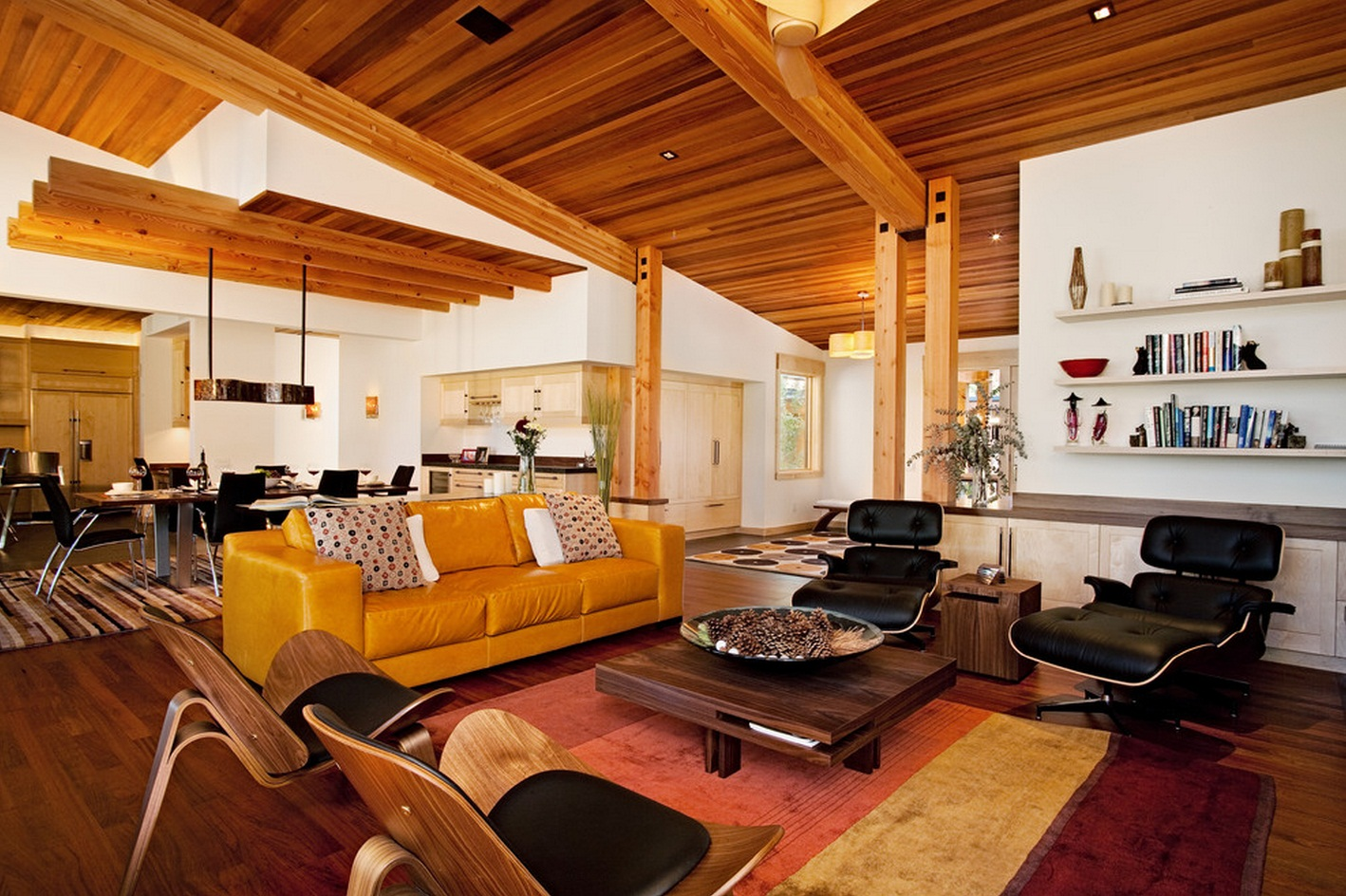 Деревянный потолок в гостиной-кухне