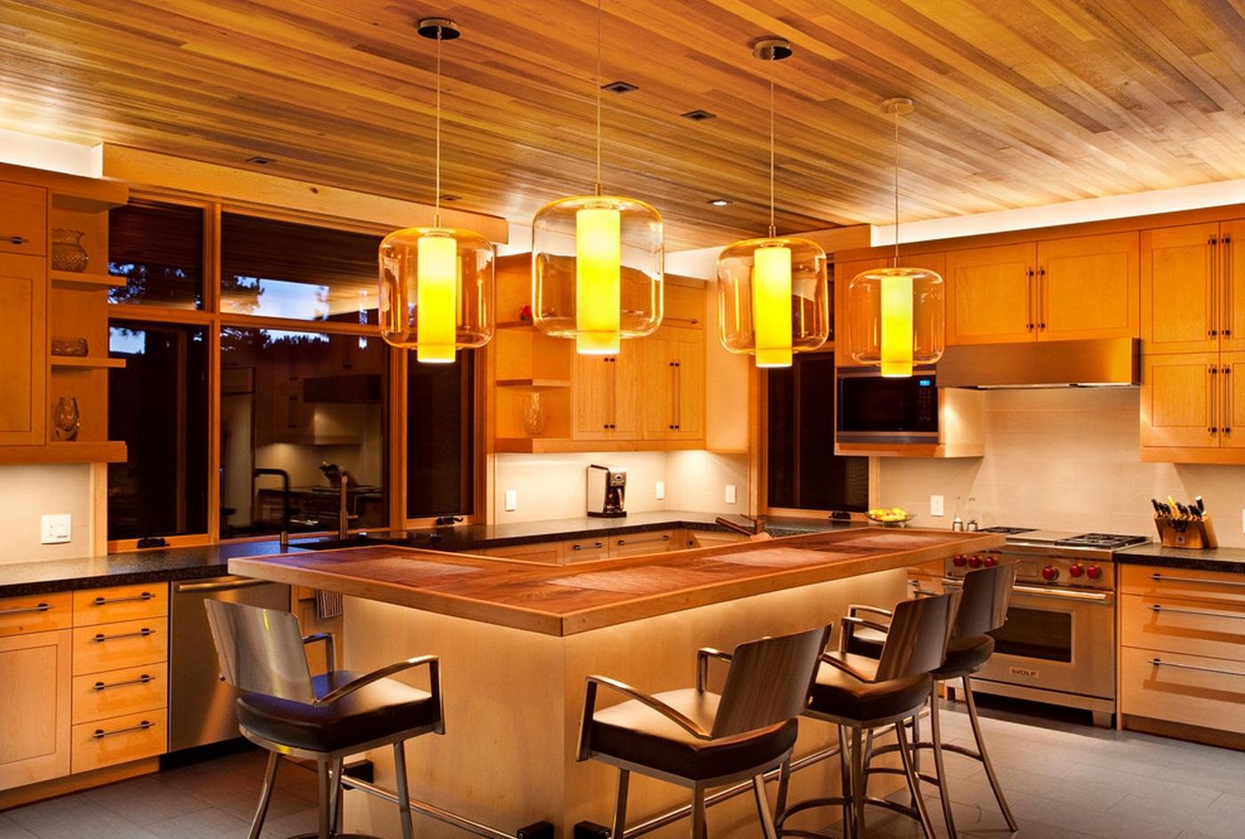 Деревянный потолок на кухне с барной стойкой