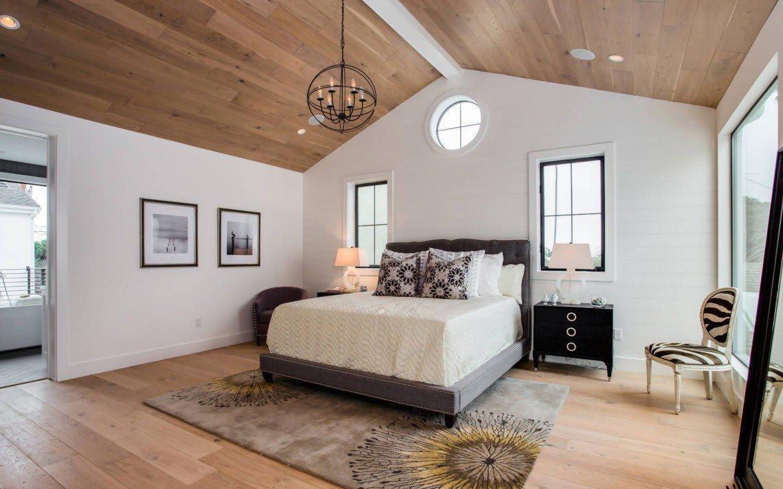 Деревянный потолок в белой спальне