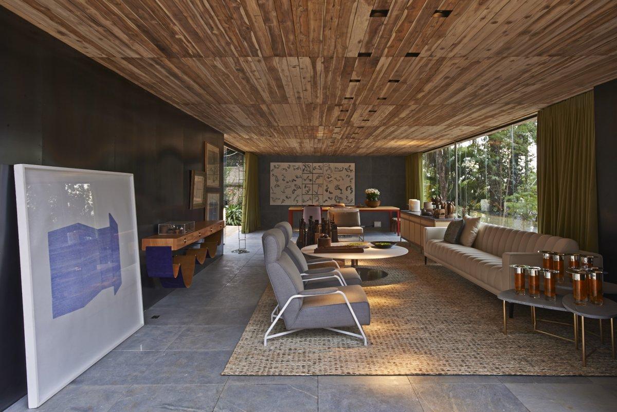 Деревянный натуральный потолок в гостиной