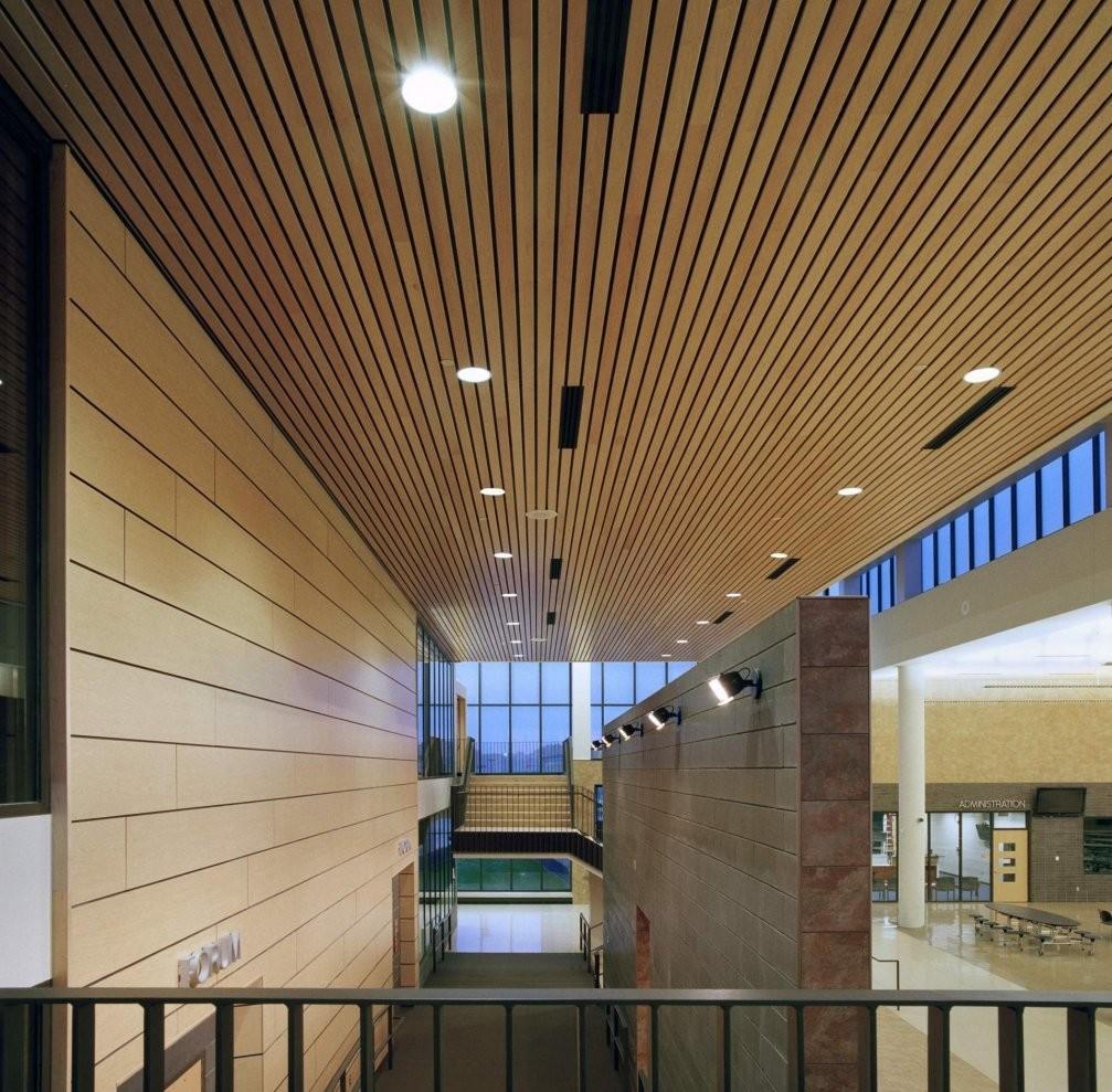Светлый деревянный реечный потолок