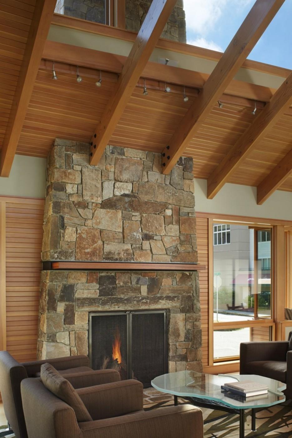 Живописный потолок с деревянными балками и стеклом