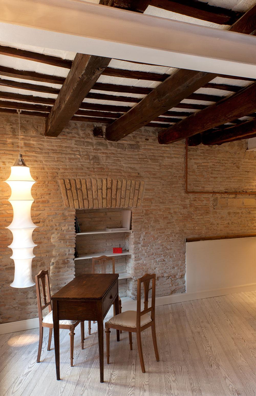 Темные деревянные балки на белом потолке