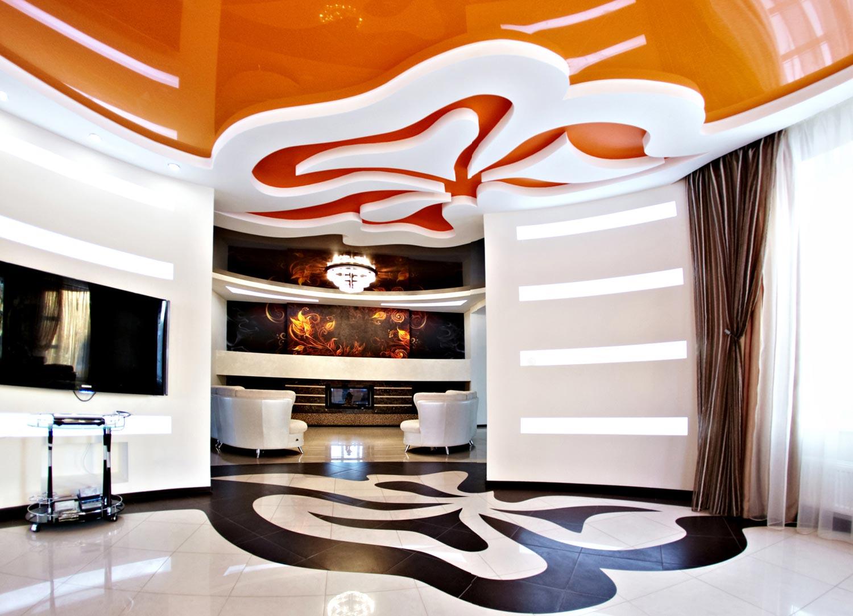 Оригинальный оранжево-белый потолок в гостиной