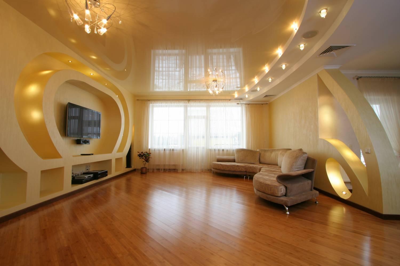 Бежево-белый многоуровневый потолок в гостиной