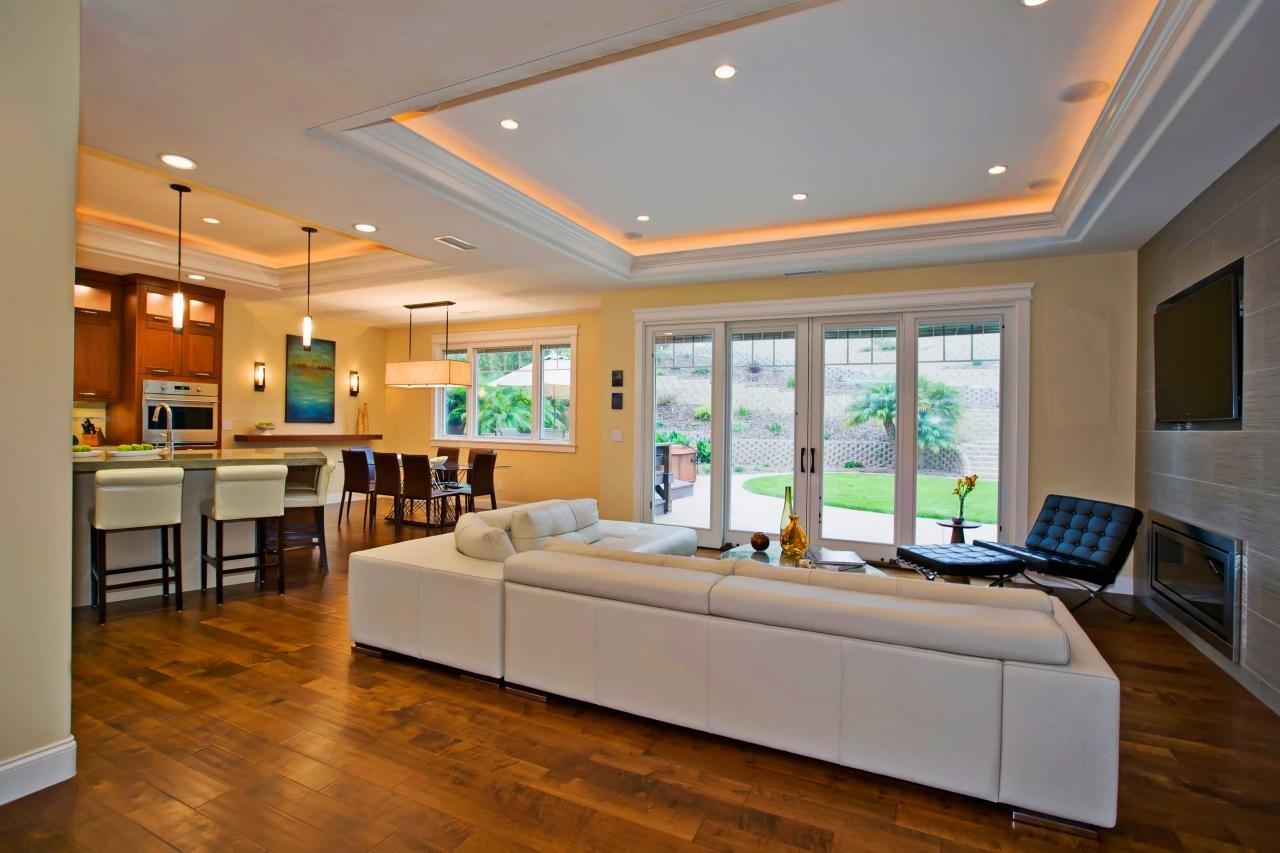 Белый многоуровневый потолок в с подсветкой в интерьере