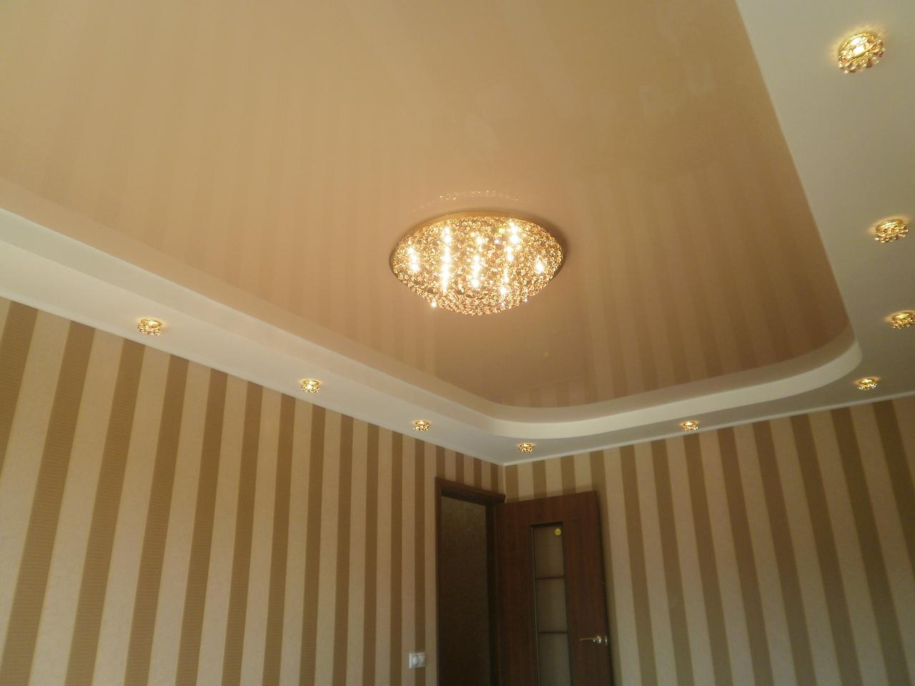 Бежево-белый многоуровневый потолок